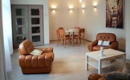Przestrzenny, słoneczny salon